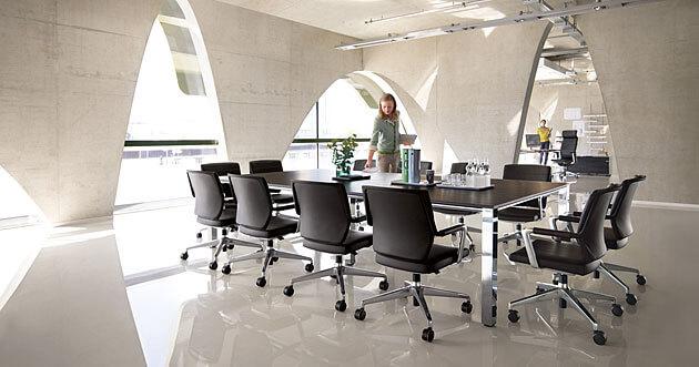Konferenzdrehstühle und Konferenztisch prime, funktionale Konferenzmöbel