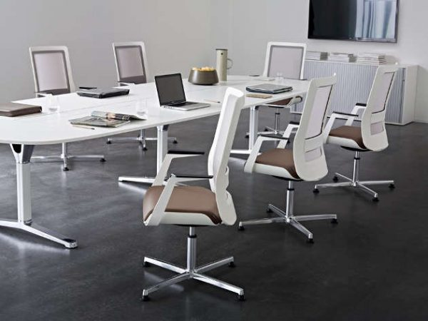 Konferenzstuehle poi Sitzflaeche mit Lederbezug Rueckenlehne Netzbespannung