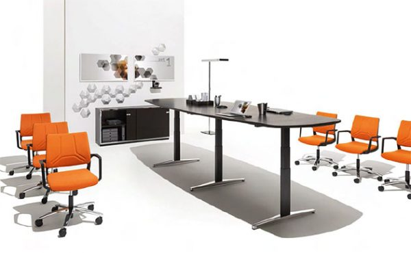 Konferenztisch attention als Steh-Sitz-Tisch, elektrisch höhenverstellbar