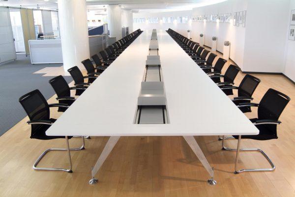 Konferenztischanlage invitation als Liniarverkettung und mit Kabelschacht