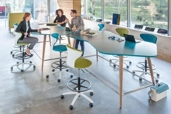 Mehrere Personen am Hochtisch SMM high desk als freiform
